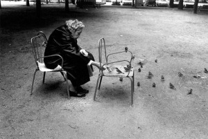 Woman feeding birds, by Jill Freedman.
